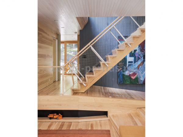 Интерьерная лестница на второй этаж из дерева