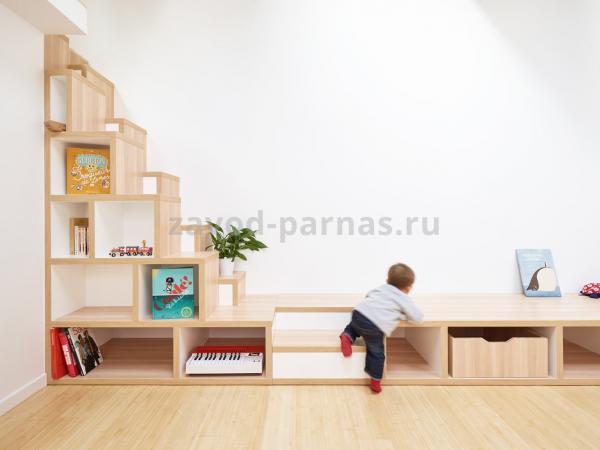 Дизайнерская лестница на второй этаж из дерева
