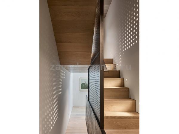 Красивая деревянная лестница на второй этаж
