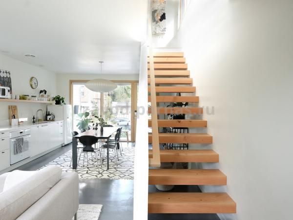 Эстетичная деревянная лестница на второй этаж