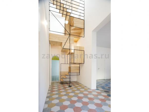 Дизайнерская деревянная лестница на второй этаж
