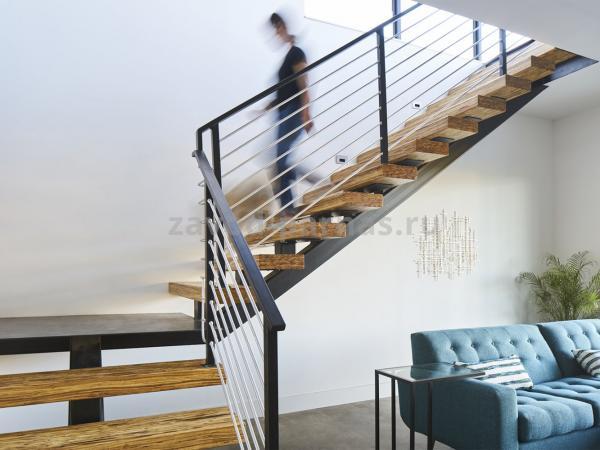 Эстетичная лестница на второй этаж из дерева